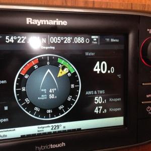 De temperatuur van het water klopt niet, de TWS, true wind speed wél...
