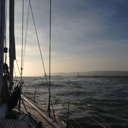 Woelig water vlak voor Dover